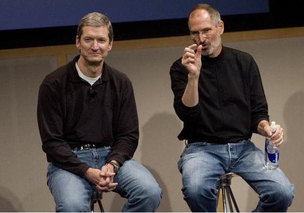 Steve Jobs y Tim Cook juntos durante la presentación del MacBook Air en Cupertino en 2007  -Foto: Getty Images